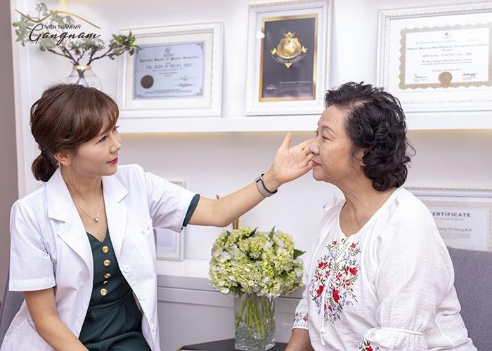 Tiến sĩ Kim Ji Yeon trực tiếp thăm khám và tiến hành căng chỉ Collagen Smart Fiber cho NSƯT Minh Đức