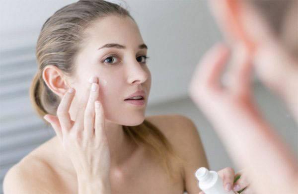 Ngoài massage thì sử dụng kem cũng là phương pháp nâng cơ mặt không cần phẫu thuật cải thiện triệt để làn da chùng nhão