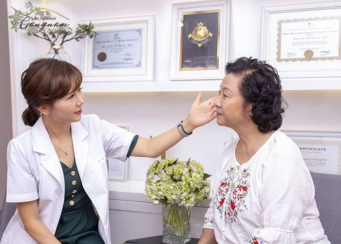 NSƯT Minh Đức lắng nghe tư vấn của bác sĩ, tiến sĩ Kim Ji Yeon tại Viện thẩm mỹ Mega Gangnam
