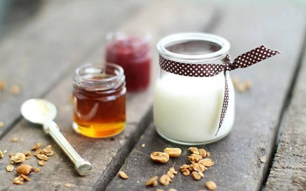 Xóa nếp nhăn vùng mắt bằng mật ong và sữa chua