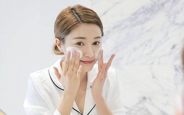 Dùng sữa rửa mặt là cách trị da mặt khô sần nhất định phải có