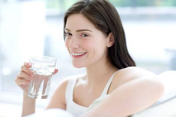Thiếu nước cũng là một nguyên nhân gây ra tình trạng lỗ chân lông trên mặt to