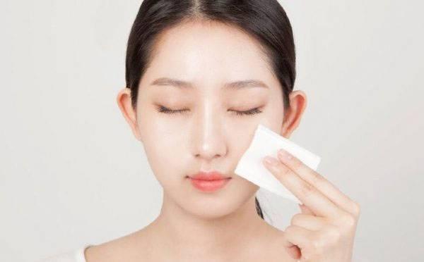 Không thể thiếu nước hoa hồng trong các bước chăm sóc da tại nhà
