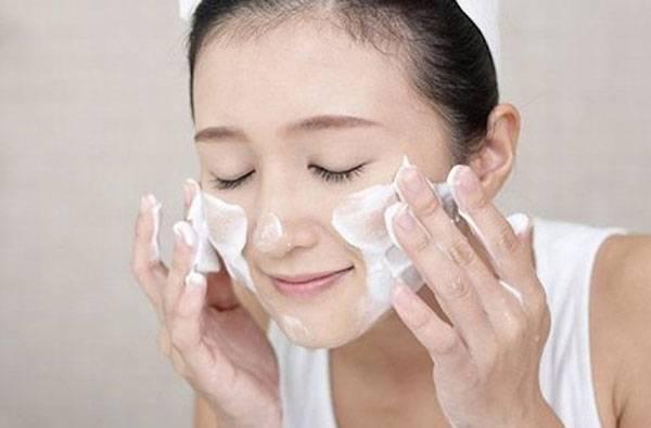 Làm sạch da mặt thường xuyên giúp thu nhỏ lỗ chân lông mặt